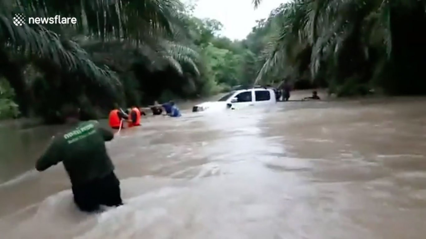 hero cave diver rescue flood thailand pattayatoday
