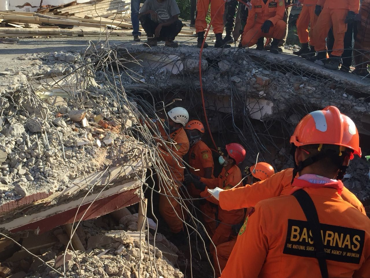 Indonesia Jakarta earthquake rescue Lombok Team on collapsed mosque