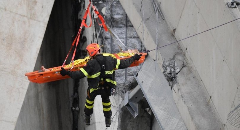 Update : Floodlight search for survivors after deadly Italy bridge collapse