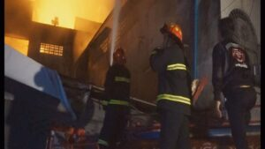 Mayor gets too close to flames in Tak retail blaze. A Sunday morning fire in a commercial building near Tak's Pa Charoen Fresh Market caused an
