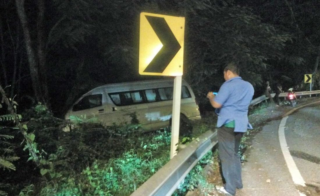 Minivan driver seriously injured in Patong Hill accident