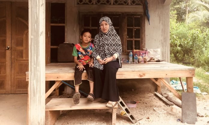 The dark secret of Thailand's child brides. One day this summer, 11-year-old Ayu married 41-year-old Che Abdul Karim Che Hamid at a small pink