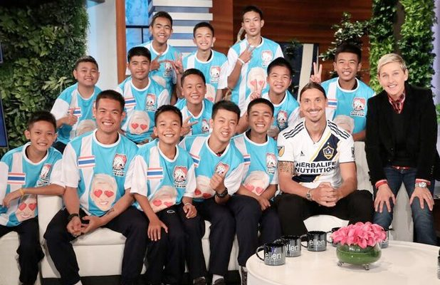 Thai soccer team meets Zlatan Ibrahimović in Los Angeles. Ellen DeGeneres scored the first TV interview with Coach Ake and the 12 players