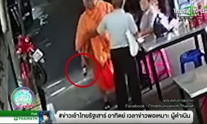Video: Monk punches man who asked why he was drinking. Thai Rath showed a CCTV clip that featured a man in saffron robes punching a man in a market