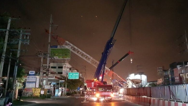 Pink Line crane falls, shutting down Bangkok traffic. Police have warned workers building the Pink Line mass transit railway from Khae Rai to Min