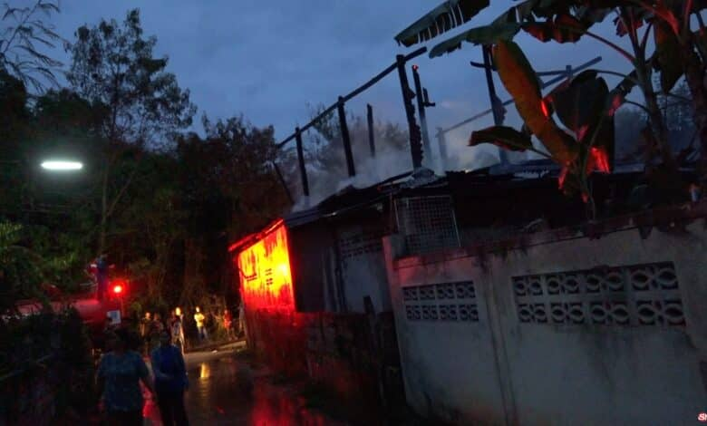 Drunk man burned his own house down. Firefighters were notified of a house on fire located in Pra Lub, Khon Kaen province. They then went to the