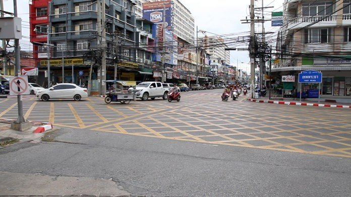 Jomtien traffic lines confuse. New safety lines painted across a.