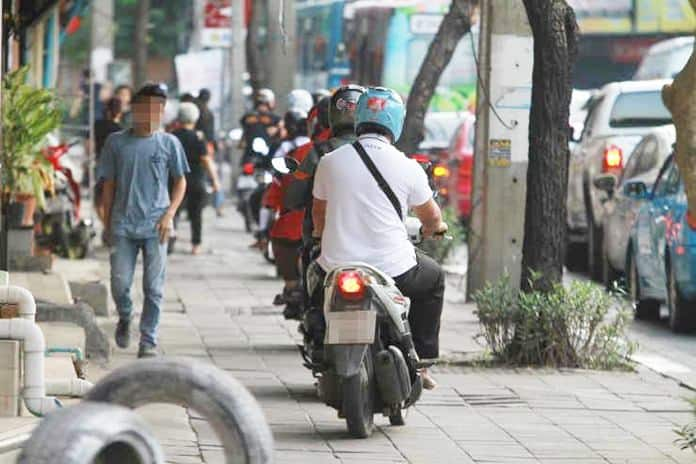 Motorbikes still using walkways despite harsher fines. Despite the increased fine of 1,000 baht, up from 500 baht per violation, motorcycles can still be