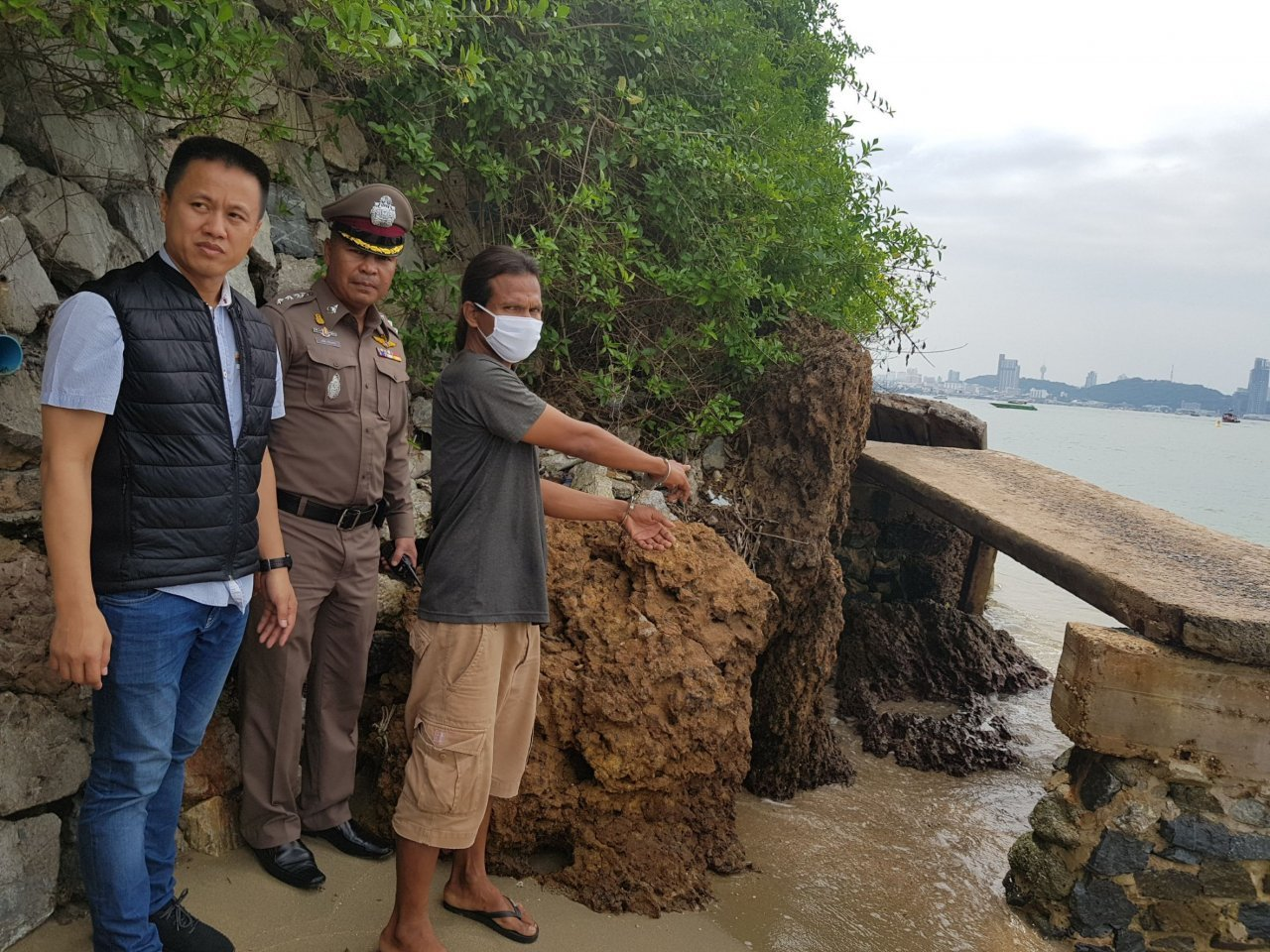 Pattaya beach 'thief' arrested. Pattaya police have arrested a man for allegedly stealing the clothes and cash of two Thai tourists who were taking a night