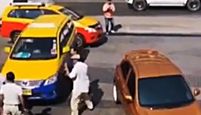 Pattaya taxis starts a fight with Grab Car driver again! The incident took place around 2 pm on the 24th of this month in Pattaya city. A group of