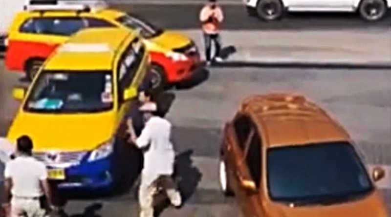 Pattaya taxis starts a fight with Grab Car driver again!