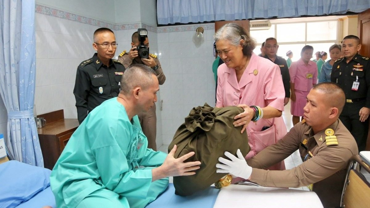 Princess boosts morale of wounded soldiers with New Year's Day visit to Phramongkutklao Hospital