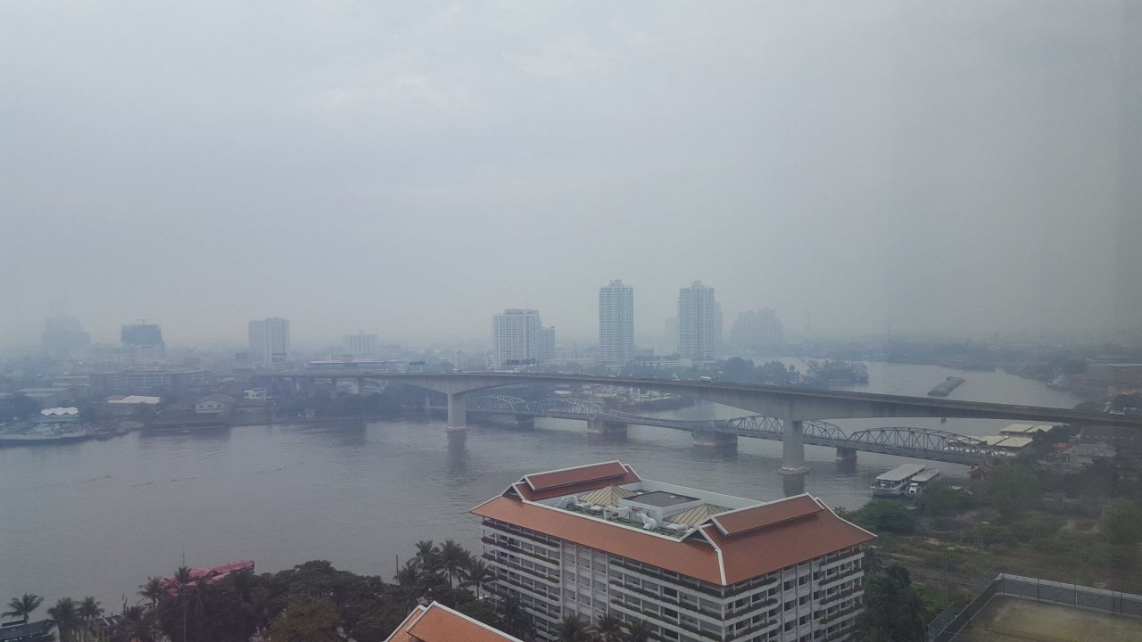 Smog descends again on Bangkok area. Air pollution settled on some areas of Bangkok and neighbouring provinces again on Sunday morning,