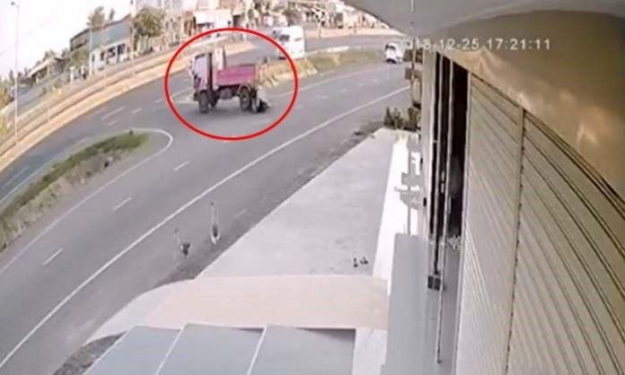 Video: Whose fault was it? The truck driver or the motorbike driver?