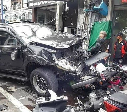 Allegedly drunken foreigner crashes into row of motorbikes, seriously injures several tourists and bystanders on Beach Road (Video)
