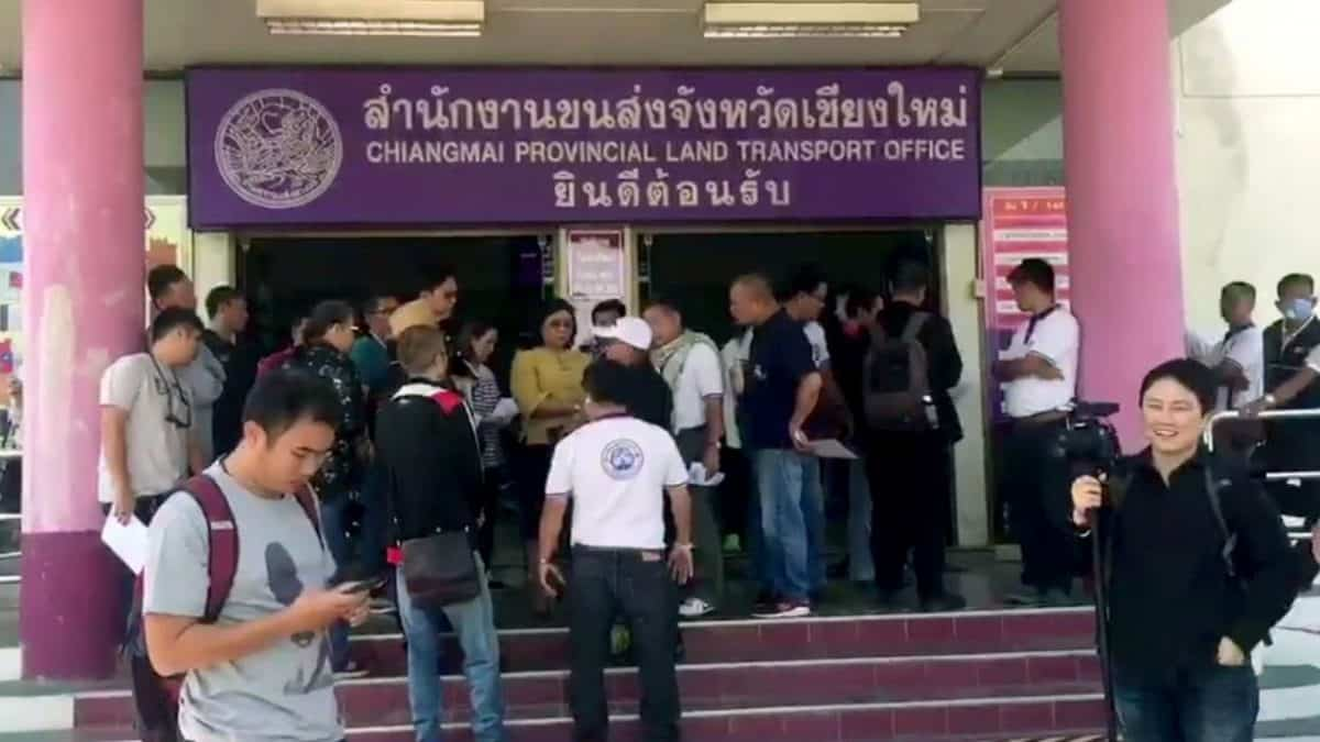 Chiang Mai public transport van drivers petition against GPS speed detectors, for higher speed limit