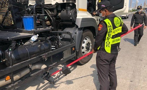 DLT keeps vehicles from emitting black smoke in Bangkok