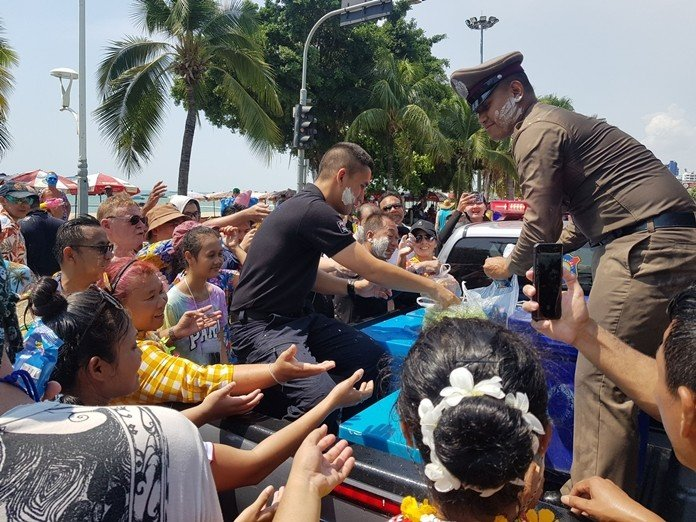 Songkran: Good Deed From The Police