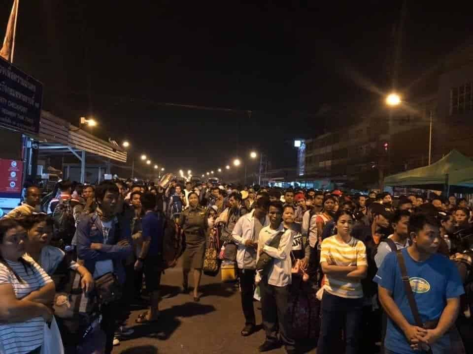 Thousands line up to go home for Songkran Thousands of Myanmar migrant workers crowded a border checkpoint in Tak's Mae Sot district