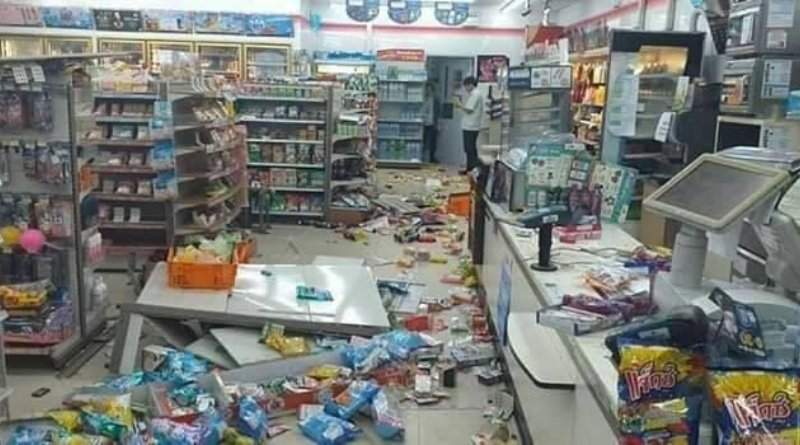 Man on drugs destroyes local convenience store. A man on drugs destroyed a local convenient store in Samut Sakhon Province around 4.30am on the 11th