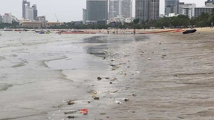 Pattaya Beach becoming dirtier, covered in trash, Beach vendors say tourists to blame