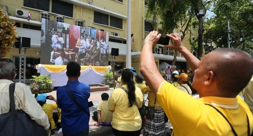 People brave the heat to watch broadcast of Royal Coronation