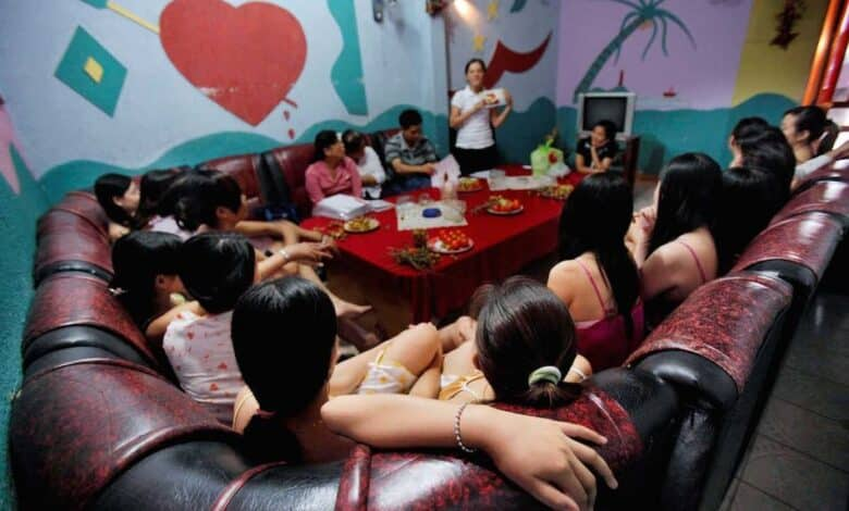 Vietnam's 100,000 sex workers. Vietnam has more than 100,000 sex workers, many of whom have to work more than 12 hours a day, the Vietnamese chapter of the