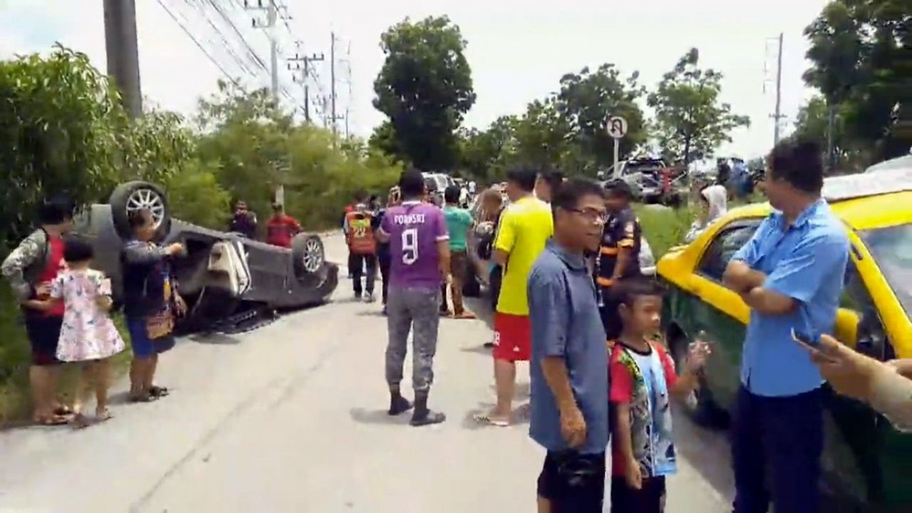 Cabbie drives against traffic, slams into sedan, injuring two. Two were injured when a sedan crashed into a taxi that was driving in Pathum Thani's Lat