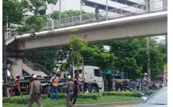Drama as Thai woman threatens suicide from a 20ft bridge