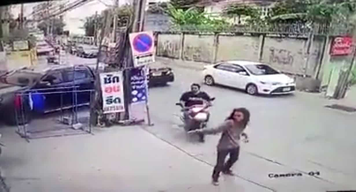 Police hunt Bang Na gang shooter. The police are applying for arrest warrants for 30 men and women in Bang Na district. Officers said the long
