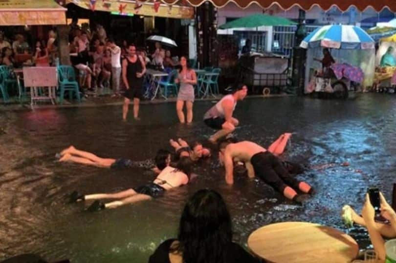 Update: Tourists warned of KILLER BACTERIA in Thailand floodwater