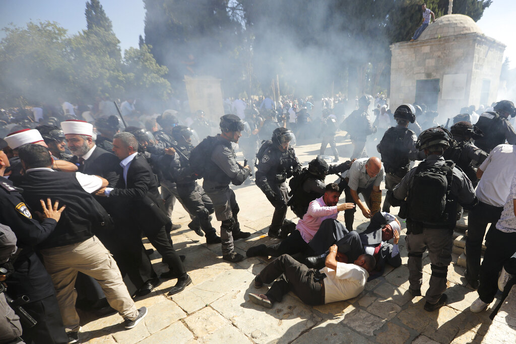 Israeli police clashes with Palestinian worshippers at al-Aqsa mosque compound in Jerusalem, Sunday, Aug 11, 2019. Clashes have erupted between Muslim worshippers and Israeli police at a major Jerusalem holy site during prayers marking the Islamic holiday of Eid al-Adha. Photo: Mahmoud Illean / AP