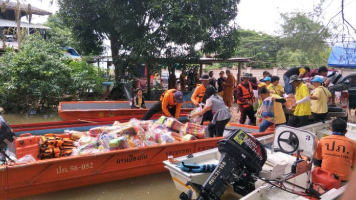 20,000 people still TRAPPED by floods in Thailand