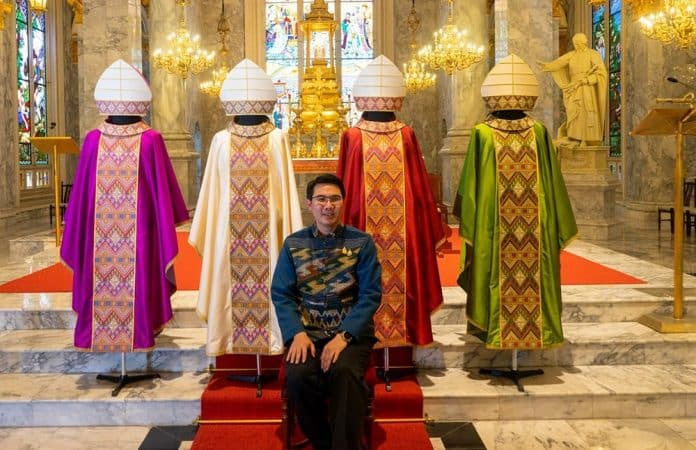 Gov't Gifts Thai-Designed Holy Vestment to Pope Francis