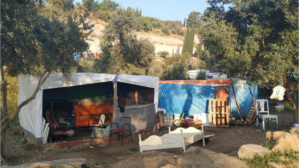 Greece to replace overcrowded refugee camps with closed detention centres