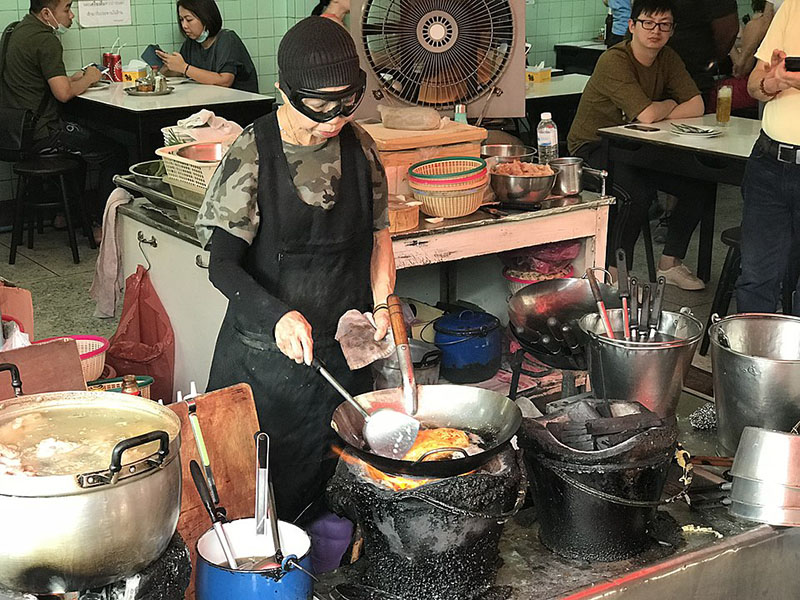 Jay Fai cooking in April 2018. Photo: Sais.isa / Wikimedia Commons